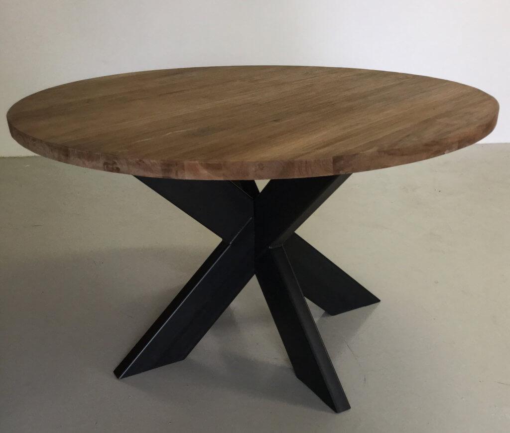 teakhouten ronde tafel met onderstel van metaal