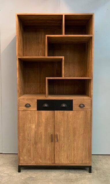 Moderne boekenkast met stalen accenten