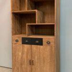 Moderne boekenkast met stalen accenten.