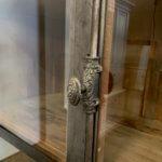 Close up van de stalen deuren