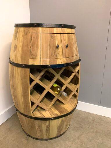 Wijnvat met een wijnrek 1
