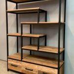 Boekenkast met zwart staal en hout