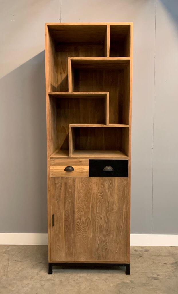 moderne boekenkast met staal