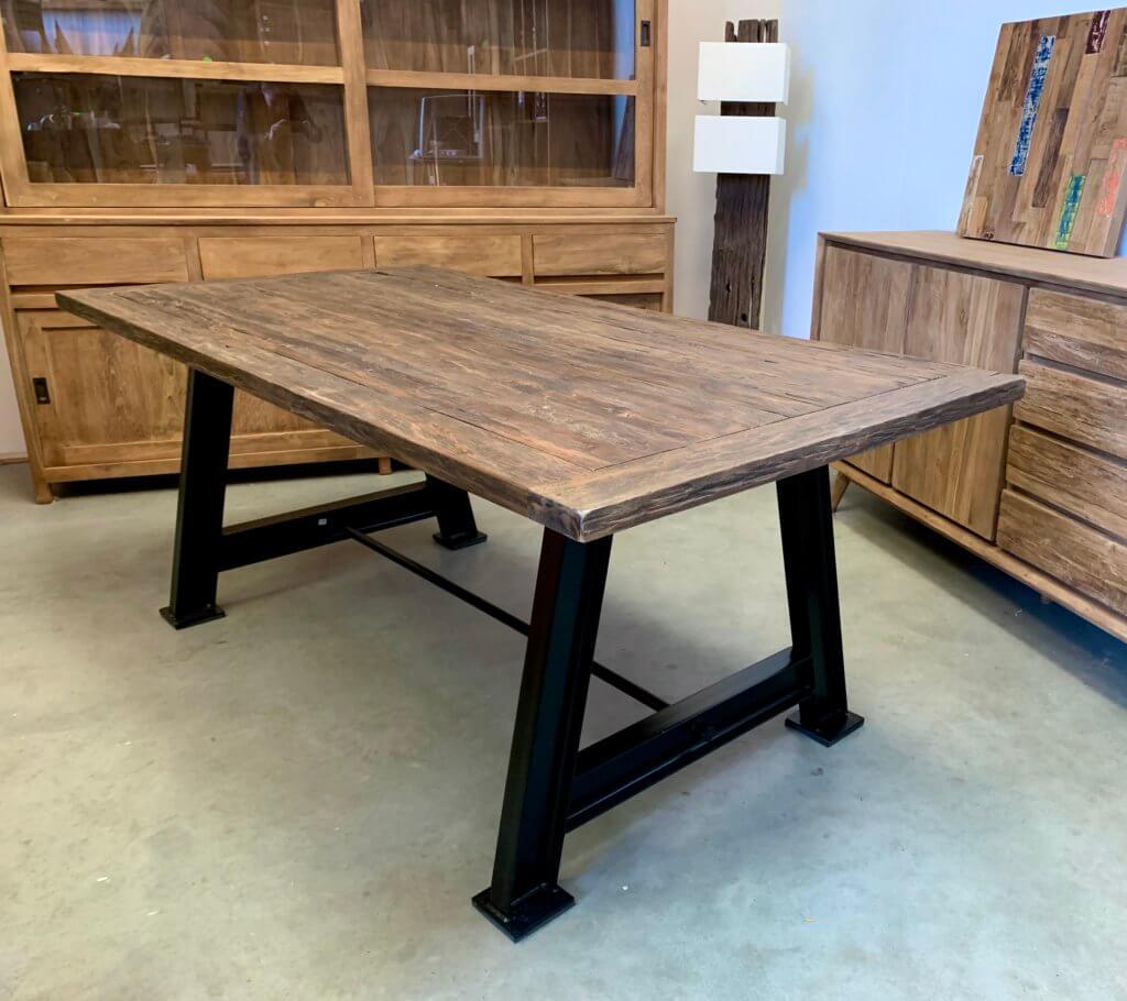 Robuuste teaktafel met een stalen onderstel