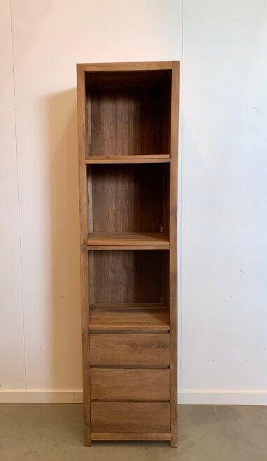 strak afgewerkte boekenkast van indoteak