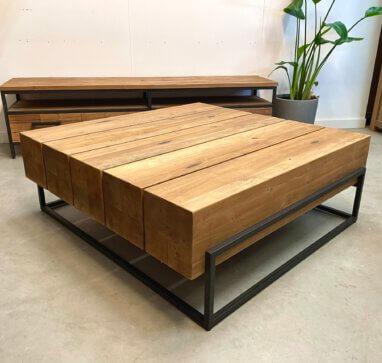 zware teakhouten salontafel met een stalen frame